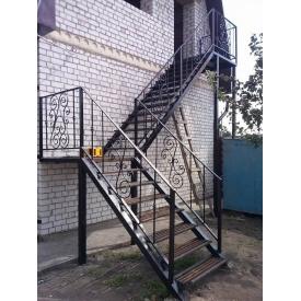 Металлическая лестница поворотная с улицы прямая на косоурах