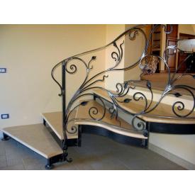 Кованая лестница из металла с перилами