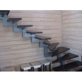 Лестница с перилами на косоурах крутоизогнутая под заказ