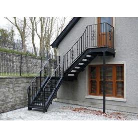 Металлическая лестница поворотная с улицы прямая с центральной стойкой