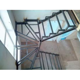 Лестница с перилами П-образная на косоурах под заказ