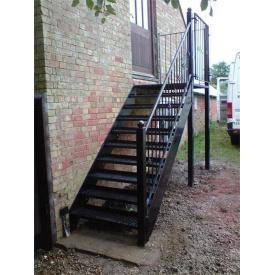 Лестница из металла с перилами