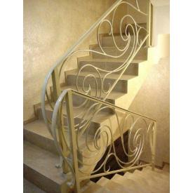 Металлическая лестница с кованными перилами П-образная