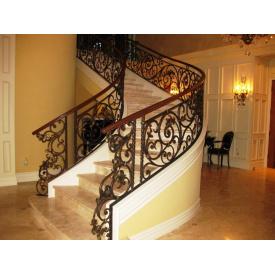 Лестница с коваными поручнями для дома