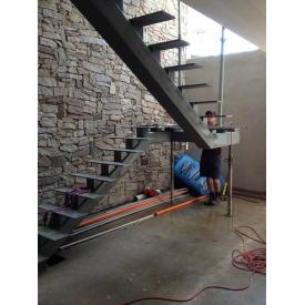 Лестница из металла с перилами П-образная на тетивах