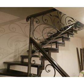 Металлическая прямая лестница с коваными поручнями