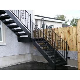 Металлическая кованая лестница поворотная с улицы