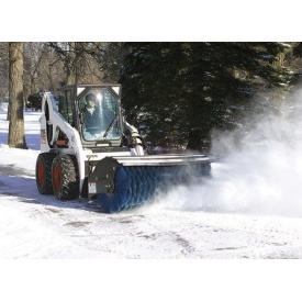 Прибирання снігу міні-навантажувачем Bobcat зі щіткою