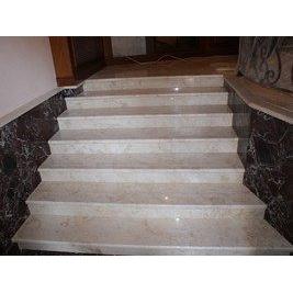 Прямая лестница из мрамора Crema Mare бежевая