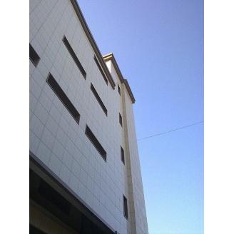 Отделка фасада здания керамогранитом
