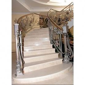Мраморная лестница для коттеджа