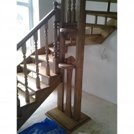 Деревянная лестница без подступенков