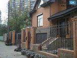 Кованный забор у дома в городе
