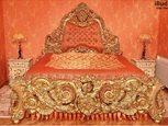 Резная деревянная кровать в дворцовом стиле