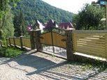 Деревяные ворота с элементами ковки
