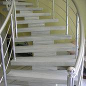 Винтовая лестница из мрамора Мармара