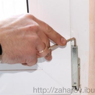 Регулювання фурнітури стулки двостулкових вхідних дверей