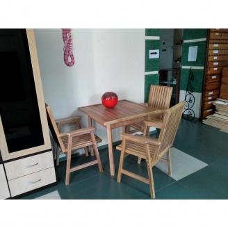 Дерев'яний стіл для саду