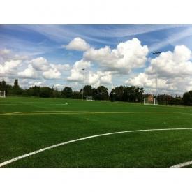 Укладка искусственной травы для игры в футбол