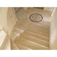 Мраморная лестница на второй этаж