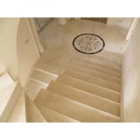 Мармурові сходи на другий поверх
