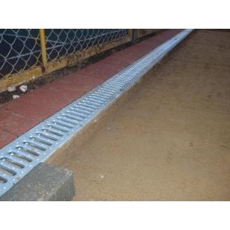 Установка бетонного отлива в тротуаре