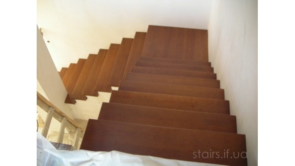 Деревянные лестницы на бетоне