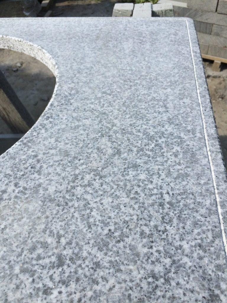 Капельник с нижней стороны столешницы из камня для отвода влаги