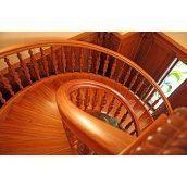 Лестница из дерева с гнутыми элементами