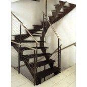 Лестница на тетивах Триумф Запад с металлическими перилами и ступенями