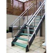 Лестница на косоурах Триумф Запад с металлическими перилами и стеклянными ступенями