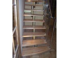Модульная лестница Триумф Запад с металлическими перилами и деревянными ступенями