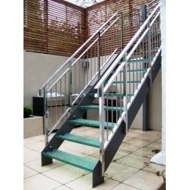 Лестница стеклянная Триумф Запад с металлическими перилами и стеклянными ступенями