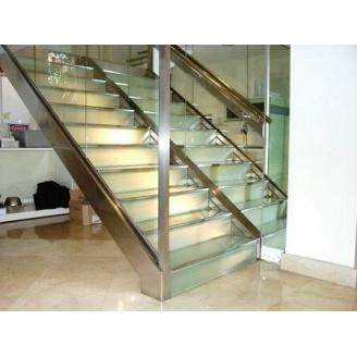 Лестница стеклянная Триумф Запад с металлическими перилами и ступенями