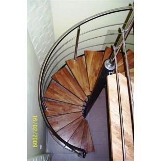 Винтовая лестница Триумф Запад c металлическими перилами и деревянными ступенями