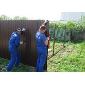 Установка паркану з профнастилу