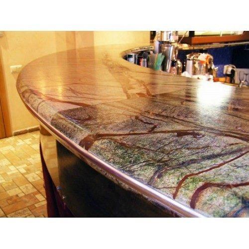 Изготовлена столешница с классическими вырезами под мойку нижнего крепления и варочную панель