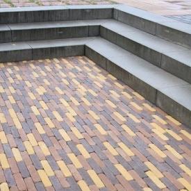 Тротуарна плитка Золотий Мандарин Барселона Антик 186х45х60 мм на сірому цементі персиковий