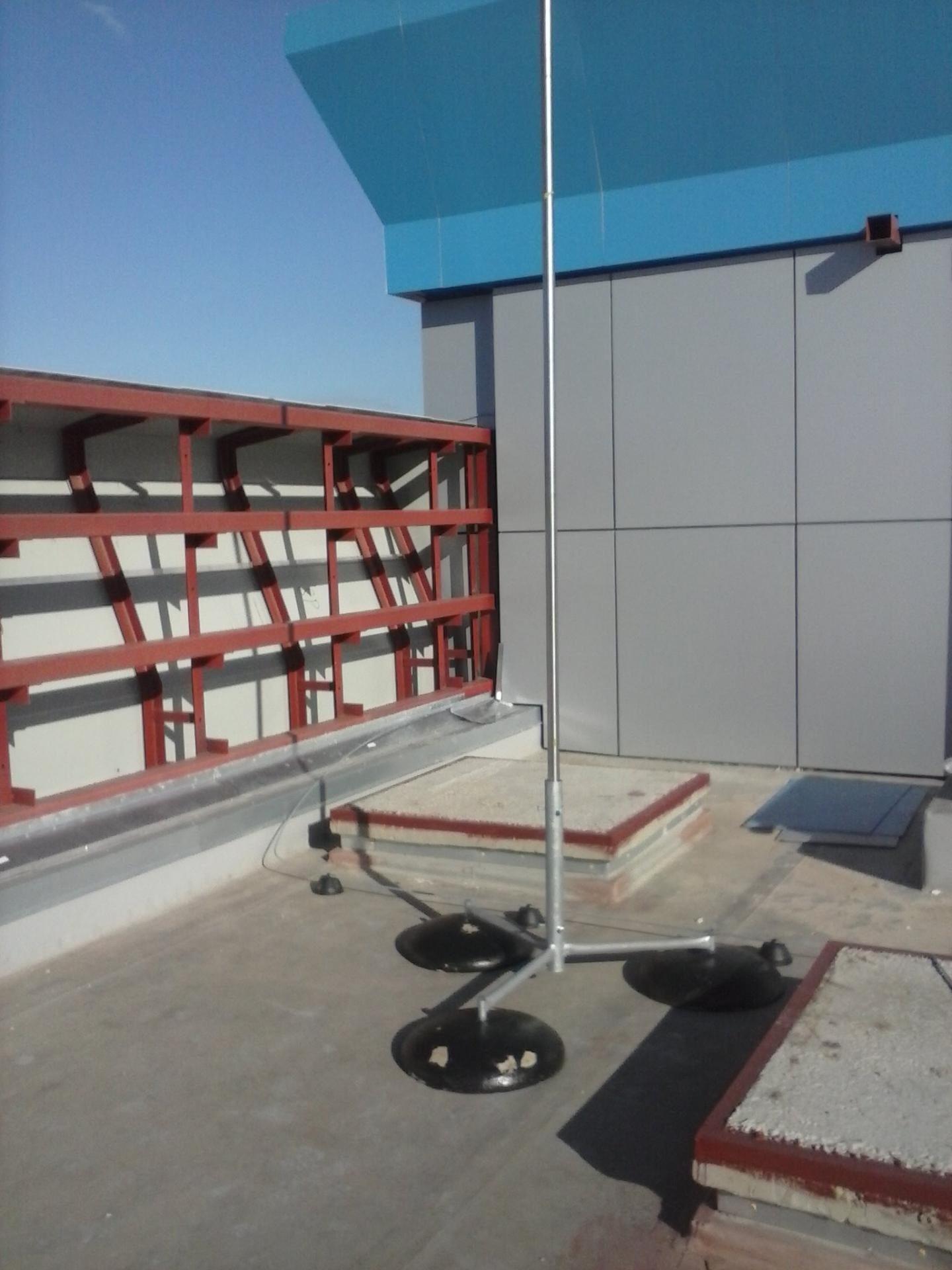 Блискавкоприймач на бетонних підставках