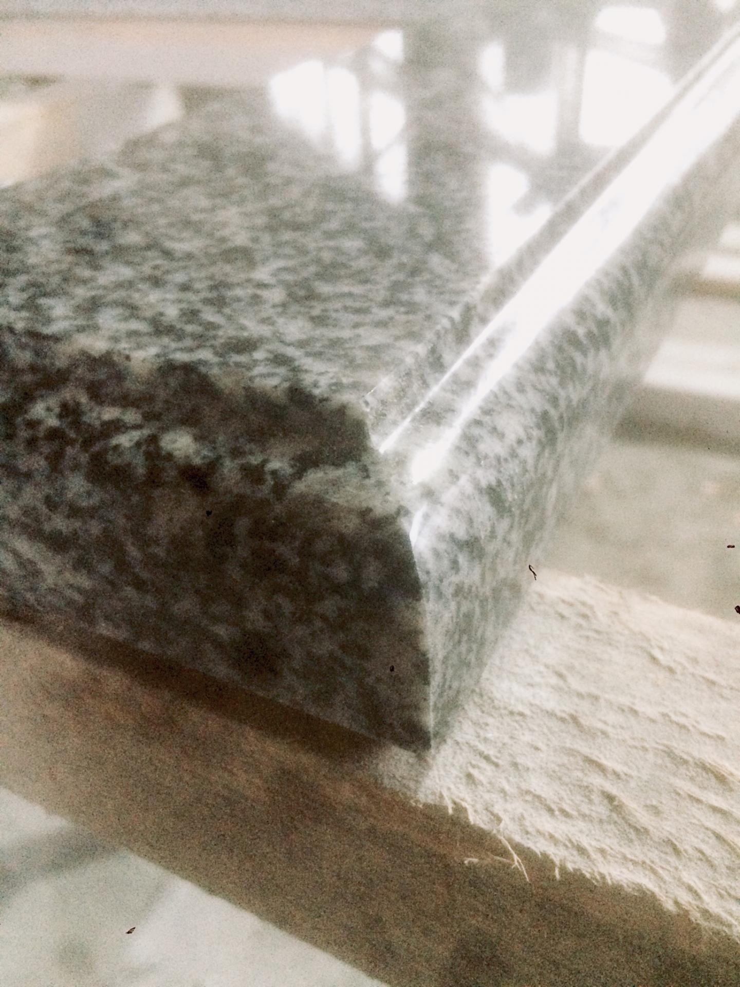 Сіра гранітна стільниця з фігурною фаскою
