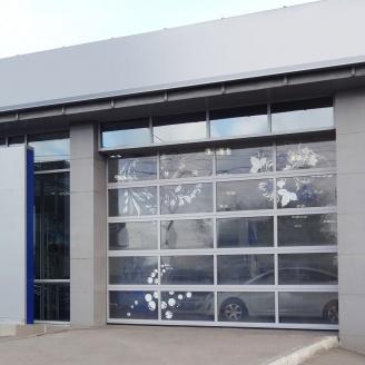 Панорамні ворота ALUTECH AluTherm з потрійним склінням 3250х3460 мм RAL 9006 сріблястий металік