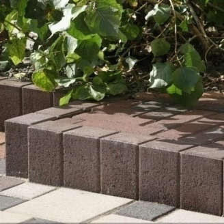 Стовпчик фігурний квадратний Золотий Мандарин 100х80х250 мм на сірому цементі коричневий