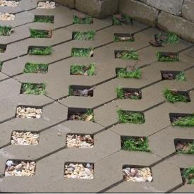 Тротуарна плитка Золотий Мандарин решітка Паркувальна 500х500х80 мм на сірому цементі гірчичний