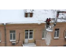 Уборка снега с крыши с помощью автовышки