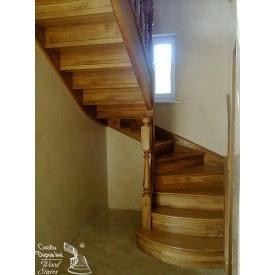 Лестница из дуба на боковине с балясинами