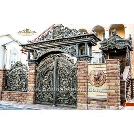 Кованые ворота распашные закрытые с аркой и литыми элементами