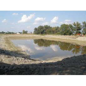 Копка озера на ділянці екскаваторами