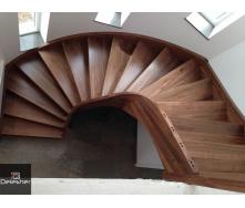 Виготовлення дерев`яних сходів в будинок на другий поверх на тятиві