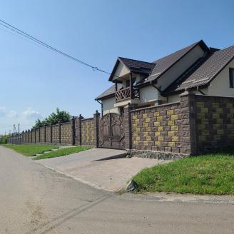 Блок декоративний рваний камінь з фаскою для паркану 390х90х190 мм коричневий
