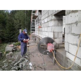 Демонтаж стін зі спецінструментом